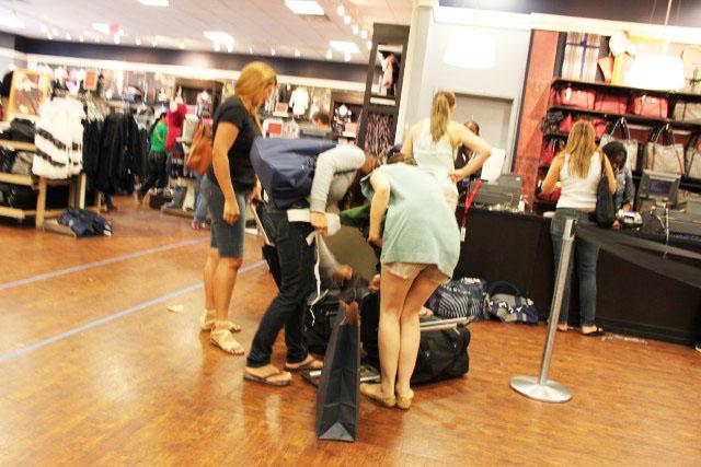 c2174b938 A maioria compra a mala da Tommy, nas cores da loja. É impressionante. Já  chegamos a ver no avião mais de 20 pessoas com essa ...