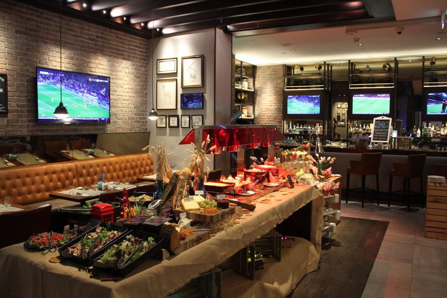Pub com telões no Hilton Garden Inn Dubai