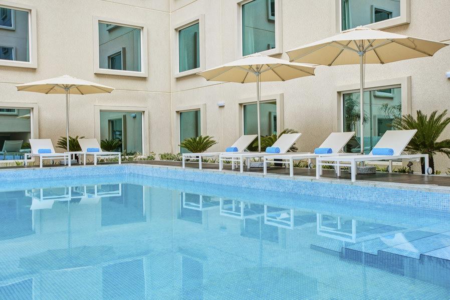Piscina de hotel em Dubai é um item imprescindível