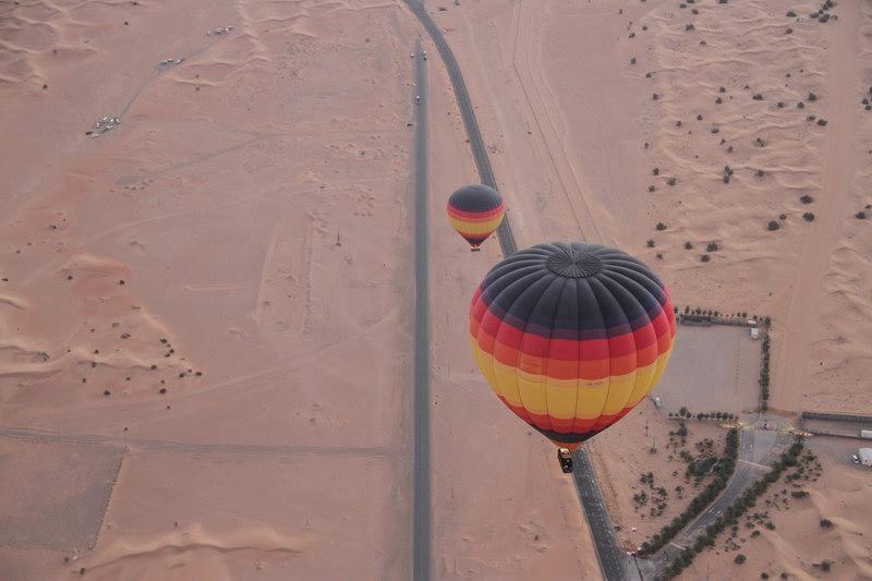 O balão decola tão suave que nem parece que está subindo.
