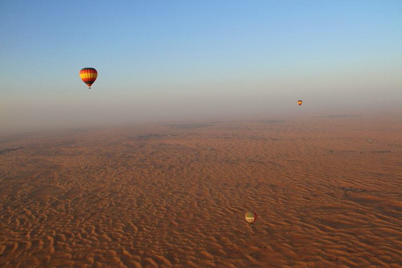 Voando pelo deserto de Dubai.