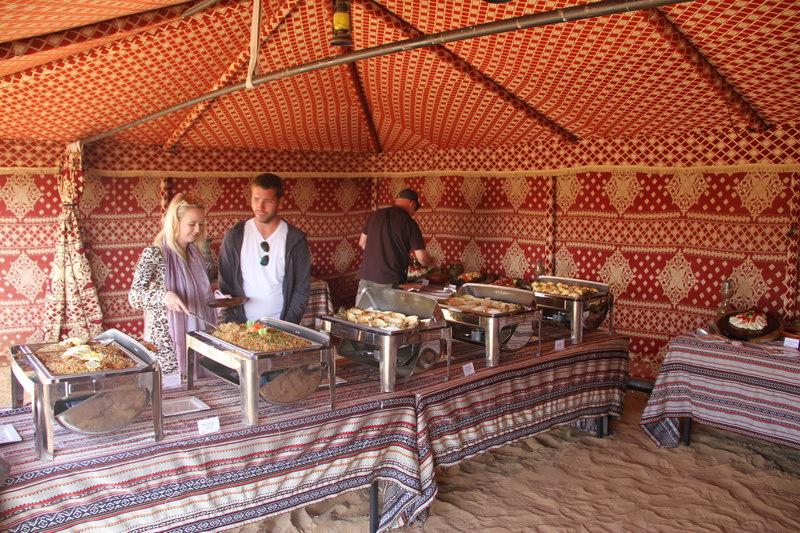 Buffet no acampamento beduíno.