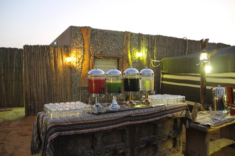 Acampamento beduíno e jantar a céu aberto, bebidas à vontade.