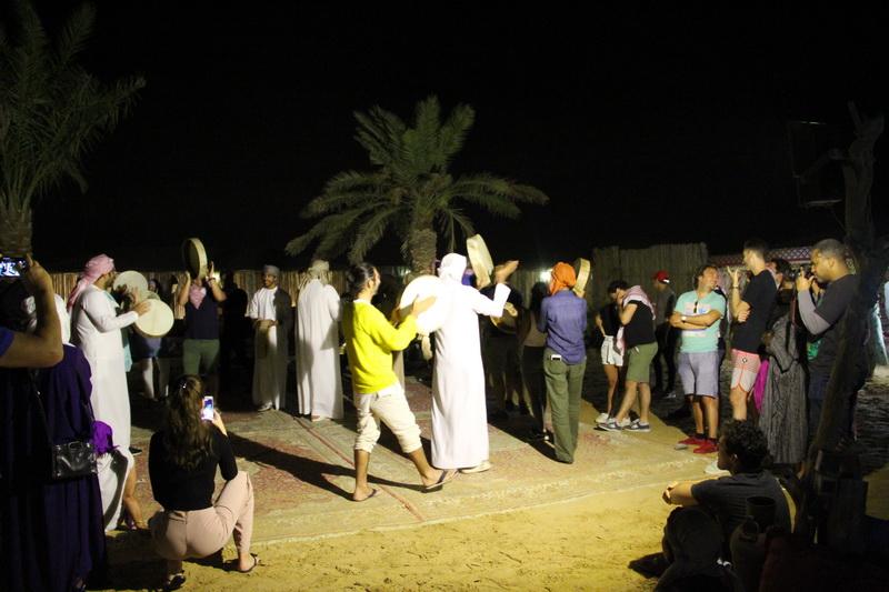 Turistas participando da dança típica local.