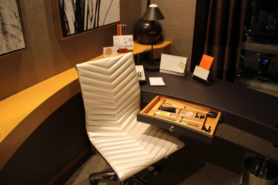 Escrivaninha com gaveta com itens de utilidades