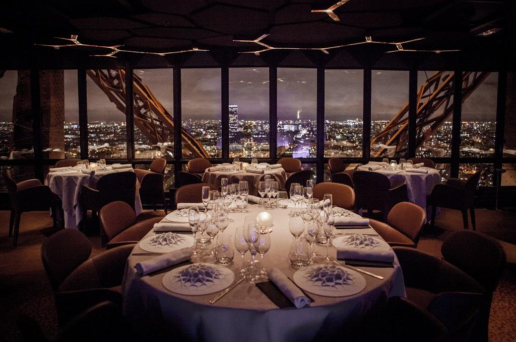 le jules verne um delicioso jantar no restaurante da torre eiffel falando de viagem. Black Bedroom Furniture Sets. Home Design Ideas