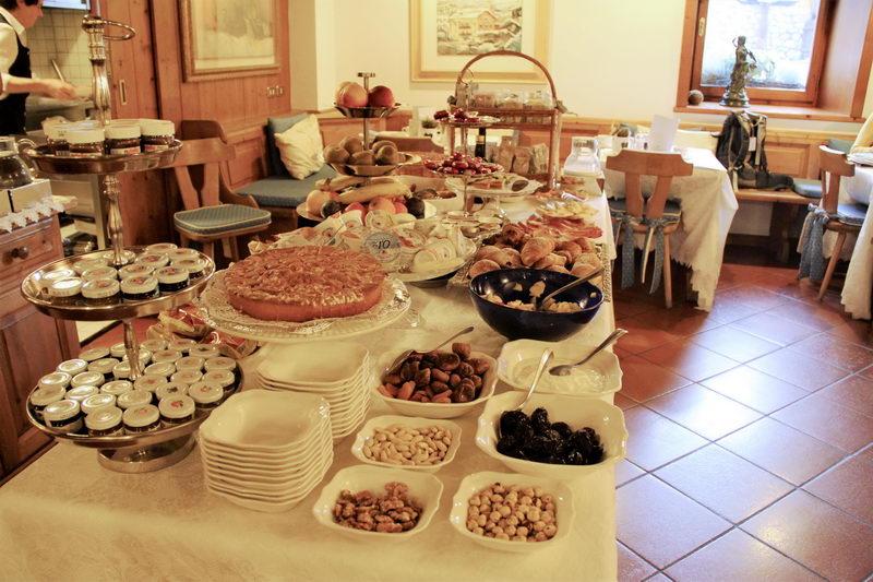 Mesa preparada com um delicioso café da manhã