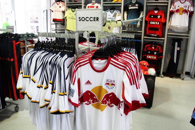 57f7f9762d Produtos de futebol na Adidas Outlet de Orlando • Falando de Viagem