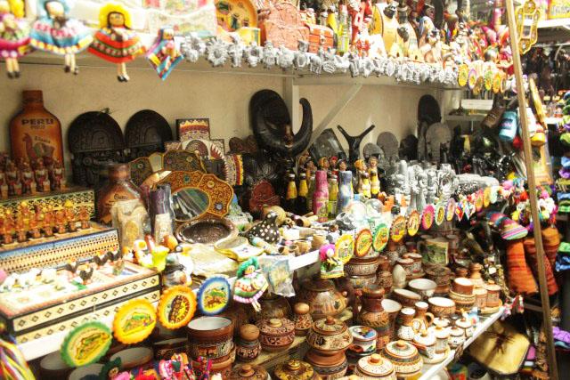 De compras en Lima Si eres extranjero y vienes a Lima de pasada o de vacaciones no puedes perder la oportunidad de hacer compras de todo tipo y a precios super bajos. Si has probado en algún evento o porque alguien te invitó la comida peruana y te fascinó, no puedes dejar de comprar mínimo un par de libros de cocina peruana en las librerías y supermercados de Lima.