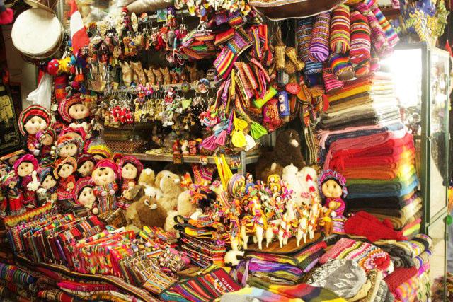 Compras en Lima Compartir Lima se caracteriza por ser una ciudad bastante pintoresca en la que confluyen incontables sangres y tradiciones, por lo que su cultura se va ampliando constantemente.
