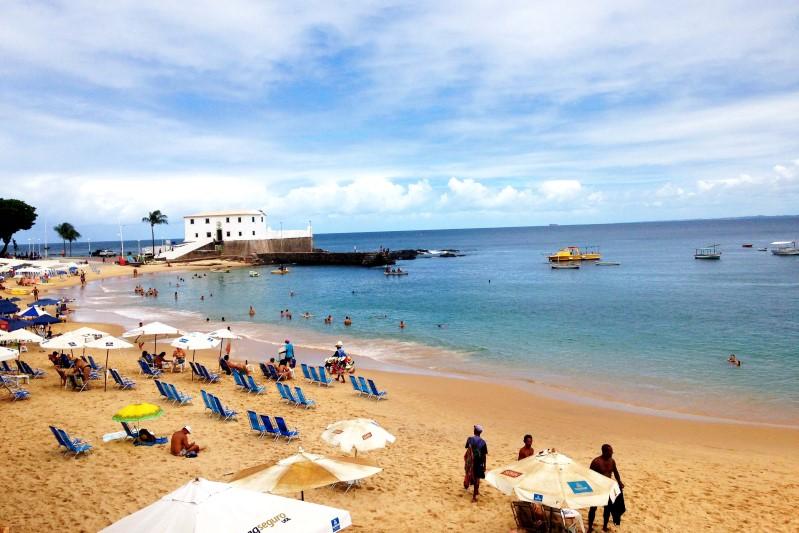 cfa600ae2763 Essa praia reúne muitas qualidades: está no centro da cidade, perto de  vários pontos turísticos, tem águas calmas e um pôr do sol surreal de lindo.