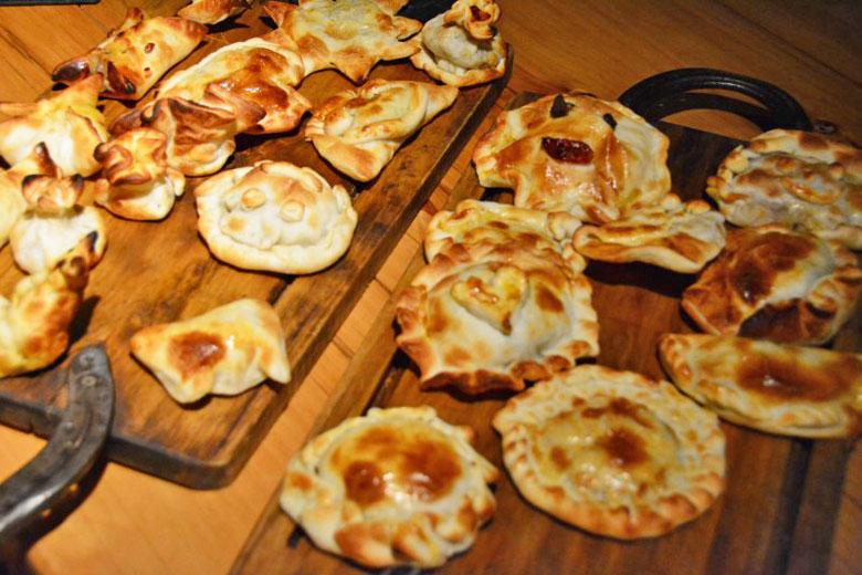 Empanadas feitas durante o jantar pelos próprios clientes.