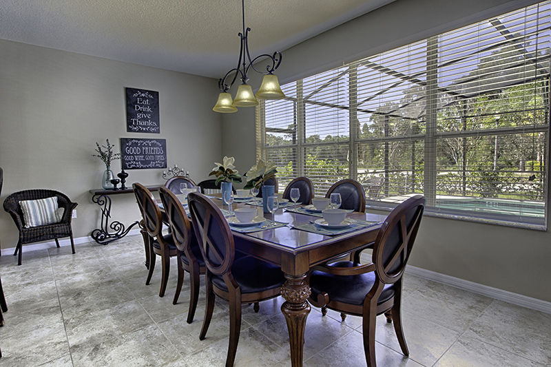 Mesa de jantar com 8 lugares.