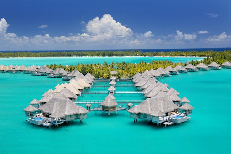Que tal se hospedar em um bangalô overwater em Bora Bora? Sonho de qualquer casal apaixonado.