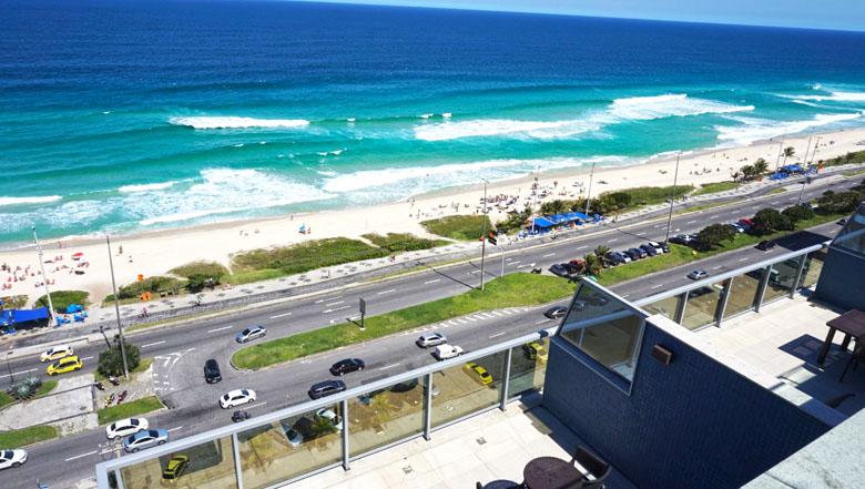 A vista lá de cima impressiona até os cariocas, tão acostumados com a cidade.