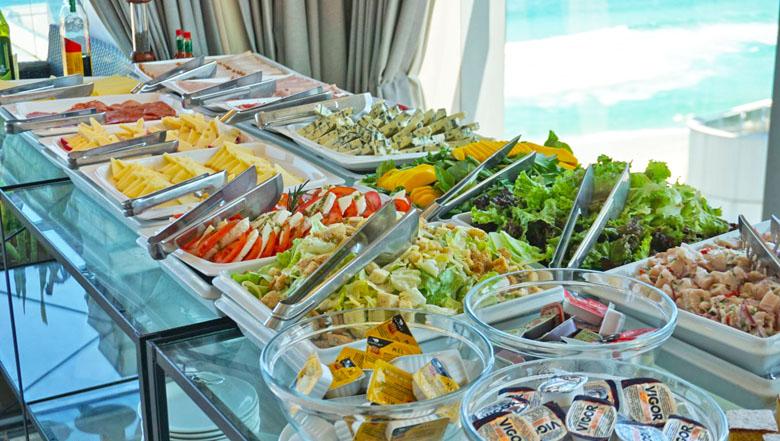 O buffet também tem vista para o mar.