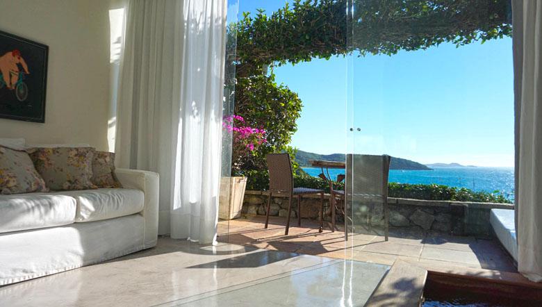 Jacuzzi, sofá e a bela varanda, que mais parece uma pintura.
