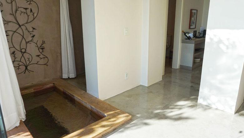 Jacuzzi integrada com banheiro e quarto.