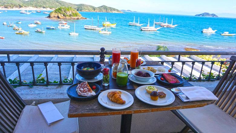 Que tal um café da manhã farto com vista mar?