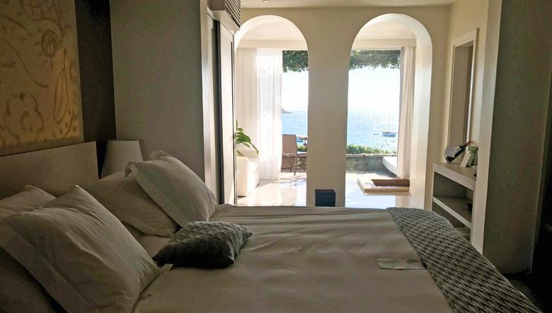 A confortável cama e a bela vista ao fundo.