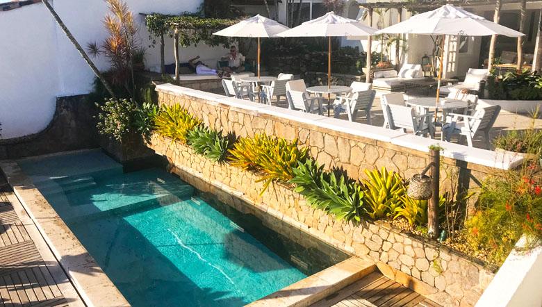 A bela piscina combinando com a arquitetura mediterrânea.