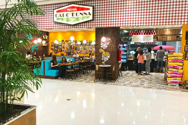 A pizzaria não é grande, mas seu ambiente é todo aberto e interessante.