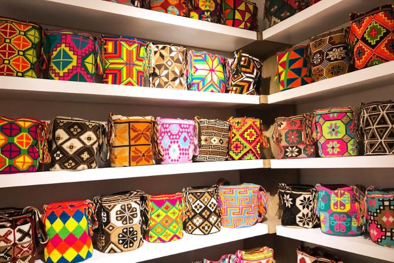 Muitos produtos artesanais estão à venda pelas ruas da cidade.