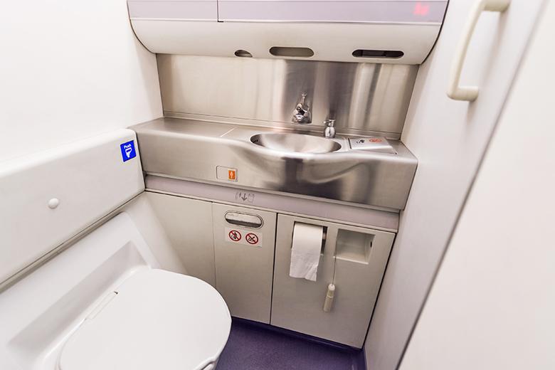 Os banheiros dos aviões geralmente são apertados.