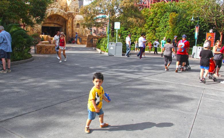 Crianças podem entrar sozinhas nos parques dependendo da idade.