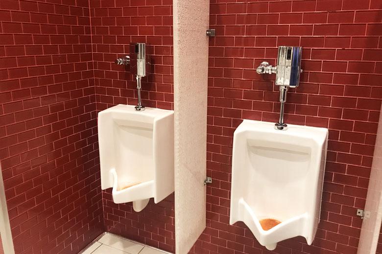 Banheiro masculino da sala VIP.