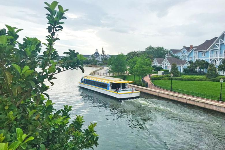 O barco que navega pelo lago.