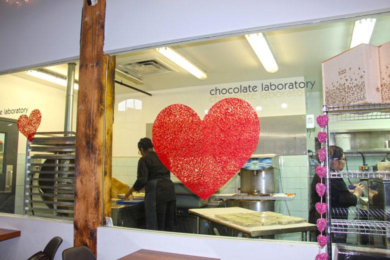 Além de comprar e degustar os doces, você também pode ver o processo de produção.