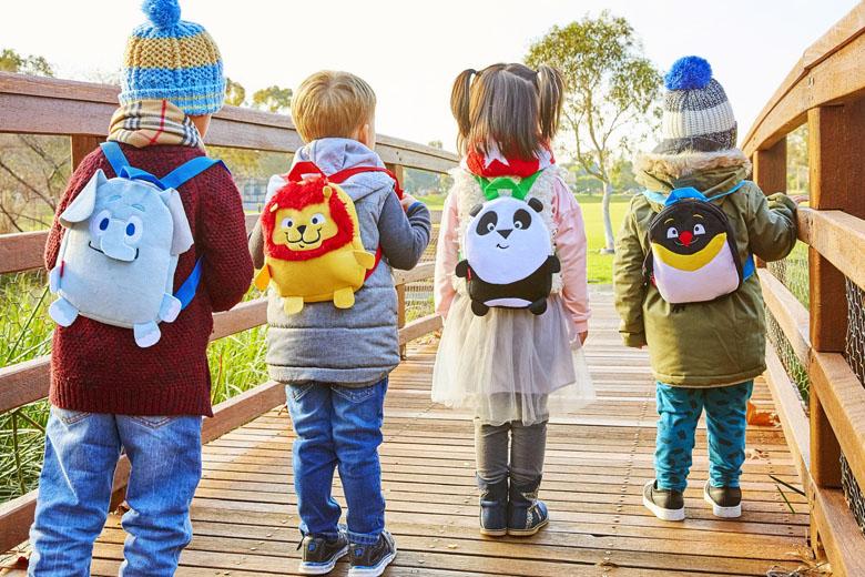 """As crianças adoram receber """"presentes"""" ao viajar de avião."""