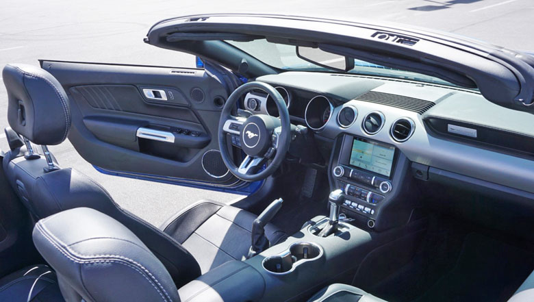 O interior do Mustang GT.