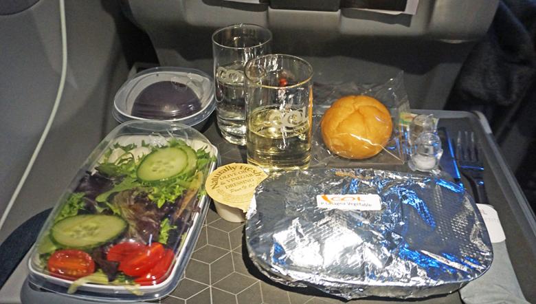 Jantar com pão, salada, prato principal e sobremesa.