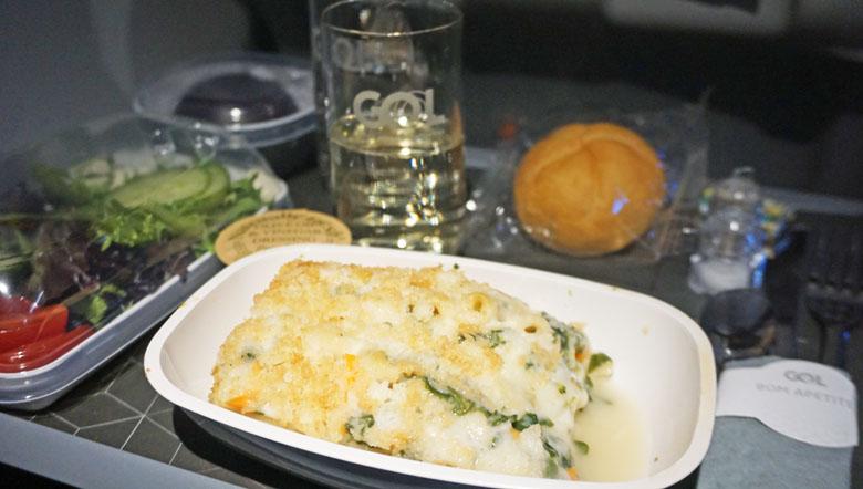 Lasanha com molho branco e legumes.