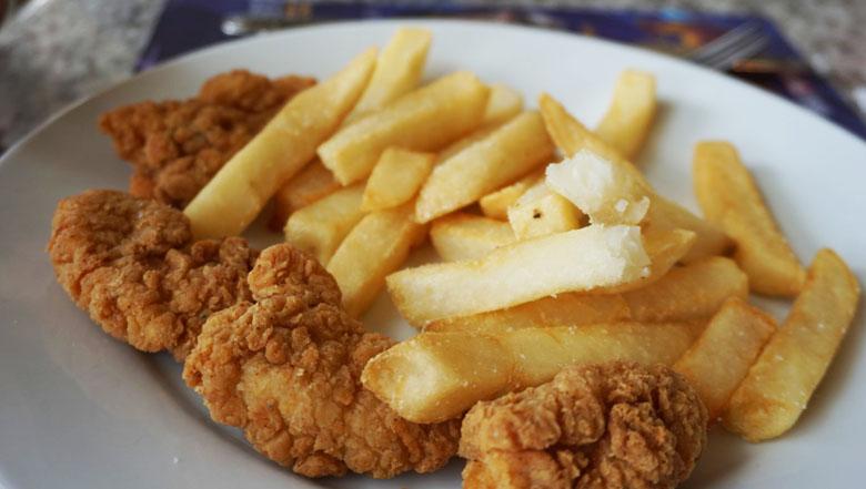 O prato simples, de frango e batata frita, que todas as crianças adoram.