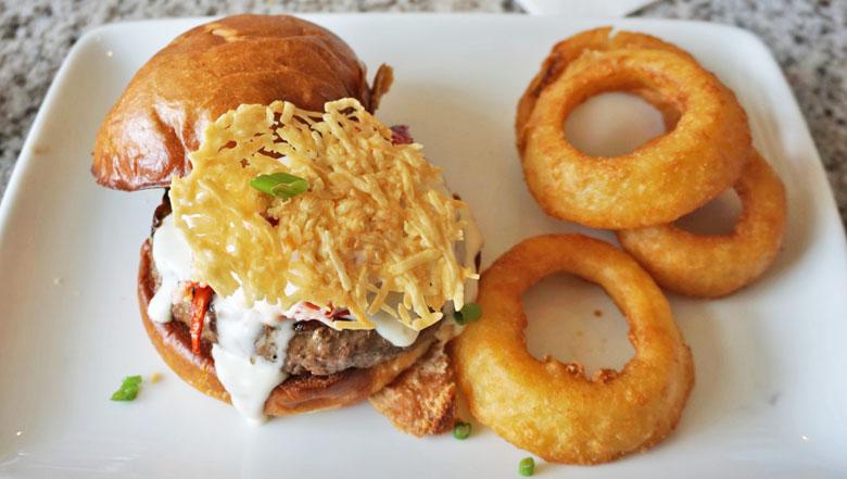 O hambúrguer, com carne e lagosta, forma uma combinação perfeita de sabores.