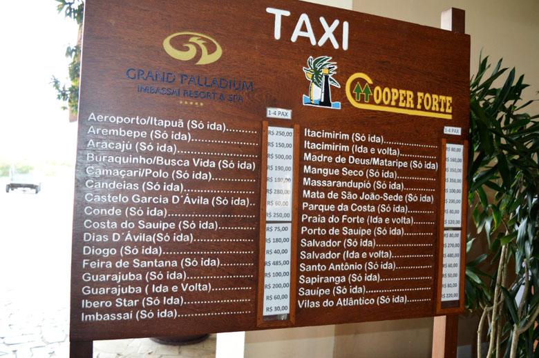 Tabela de preços do ponto de táxi dentro do resort.