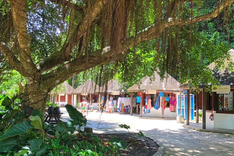 As lojinhas que vendem artesanato típico da região.