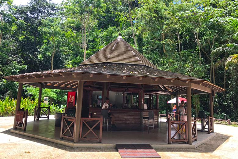 O bar onde os visitantes podem provar um drink caribenho enquanto esperam pelo tour às cavernas.