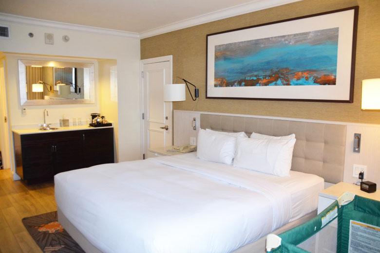 A decoração do quarto é simples e charmosa.