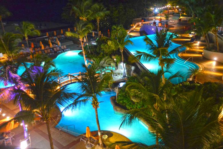 A área das piscinas à noite fica ainda mais bonita!
