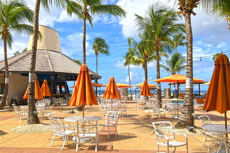 O bar da praia tem ótima opções de drinks.