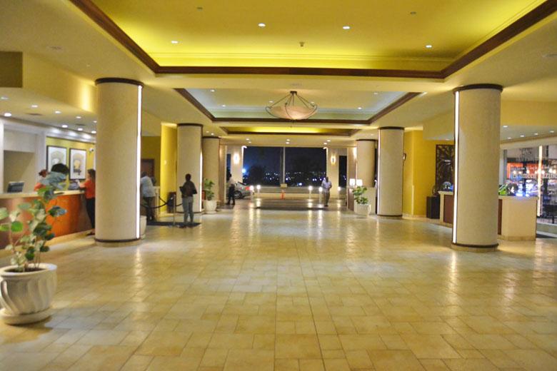 A vista do espaçoso lobby.