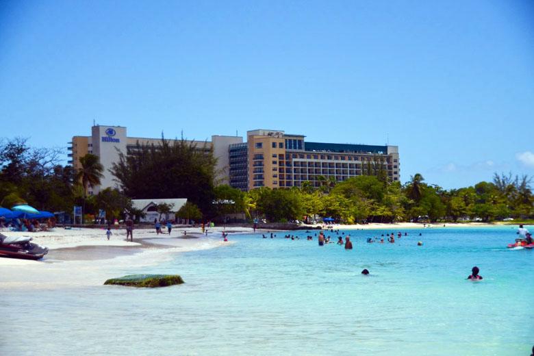 Vista do Hilton Barbados desde a Pebbles Beach, uma das melhores praias de Barbados.
