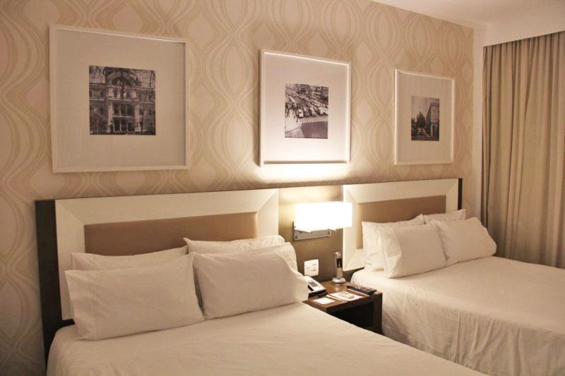 O quarto com duas camas é ideal para quem viaja com crianças.