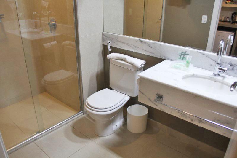 O banheiro é moderno, mas não é grande.