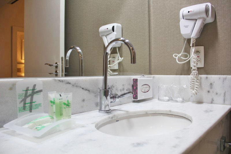 Os detalhes da pia do banheiro e dos amenities.