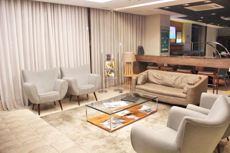 Lobby confortável e bonito, com sofás para relaxar.